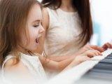 Népzene gyerekeknek: Így fejleszti a gyerek beszédkészségét és finommotorikáját, ha népzenei foglalkozáson vesz részt