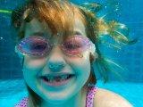 Nyári fülgyulladás okai, tünetei, kezelése - Ezért ne hagyd, hogy a gyerek gyakran lebukjon a víz alá!