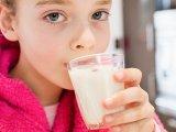 Növényi tej vs tehéntej: Mit kell tudni a legnépszerűbb növényi italokról? Mi mindenben különböznek a tehéntejtől?