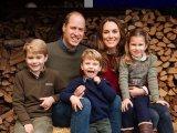Klasszikus karácsonyi fotóra állt össze a hercegi család! - Nézd, mennyit nőtt György, Sarolta és a kis Lajos