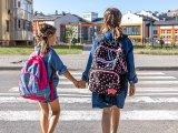 Iskolakezdés: Rendőrök segítik a gyerekek közlekedését a forgalmasabb helyen lévő iskolák környékén Budapesten