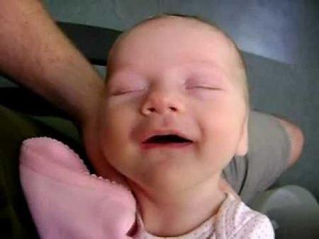 VIDEÓ - Az álomba merülő baba grimaszai