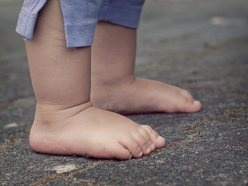 Mezítláb vagy kiscipőben járjon otthon a baba?