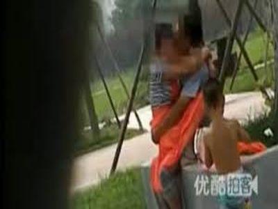 Egy parkban, a gyermekük előtt szexeltek