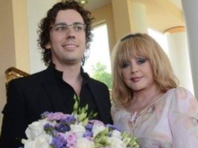 A 67 éves énekesnő és 37 éves férje béranyával vállaltak gyermeket