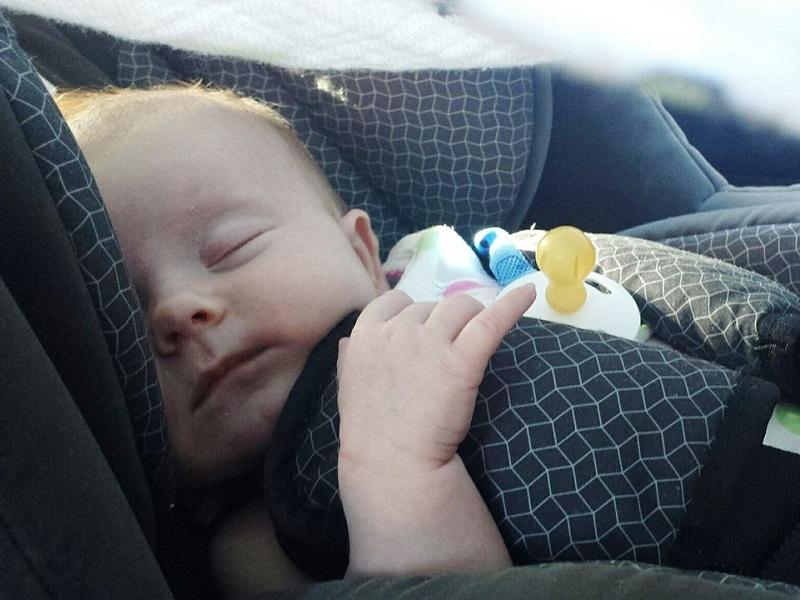 Hogyan utazhatnak a babák és a gyerekek az autóban a KRESZ szabályai szerint?