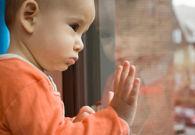 Túlélte a zuhanást az a 14 hónapos kisbaba, aki szerdán esett ki a negyedik emeletről