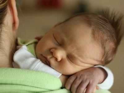 Már nem lélegzett a csecsemő, egy rendőr mentette meg az életét