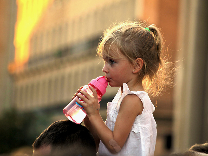 Mennyit iszik a gyerek egy nap? Ennyi lenne az ideális a dietetikus szerint