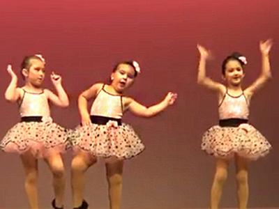 Csak a középső kislányt figyeld a videón! Imádni fogod, olyan cukin táncol
