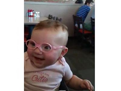 Először látja meg a kisbaba a szüleit egy szemüveg segítségével - Tündéri a reakciója