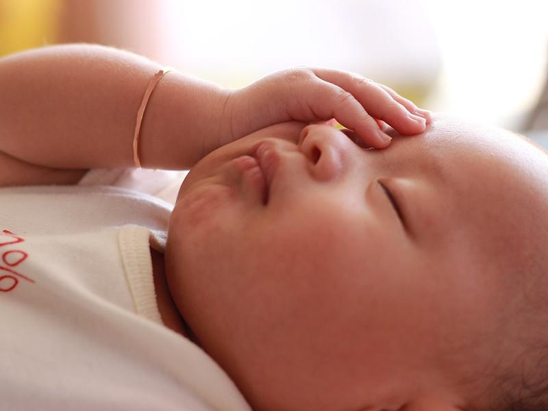 Napszúrás és hőguta gyerekeknél: milyen tünetekre figyelj? Mikor kell azonnal orvost hívnod?