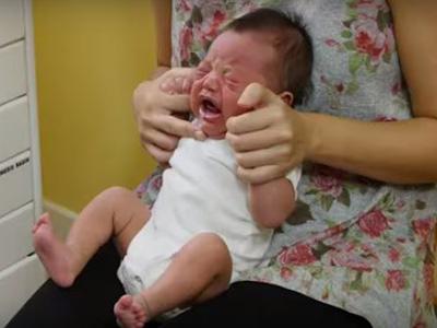 Így nyugtasd meg a síró babát! A gyermekorvos megmutatta a bűvös mozdulatot