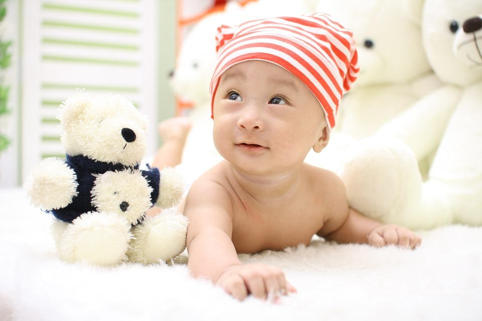 A mozgás szerepe babáknál, gyerekeknél: miért fontos a kúszás, mászás? Melyik életkorban milyen mozgás ajánlott?