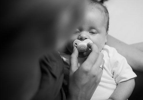 Újraélesztette egy anyuka a 3 hónapos kisbabáját egy budapesti téren! Telefonon segítették a mentősök