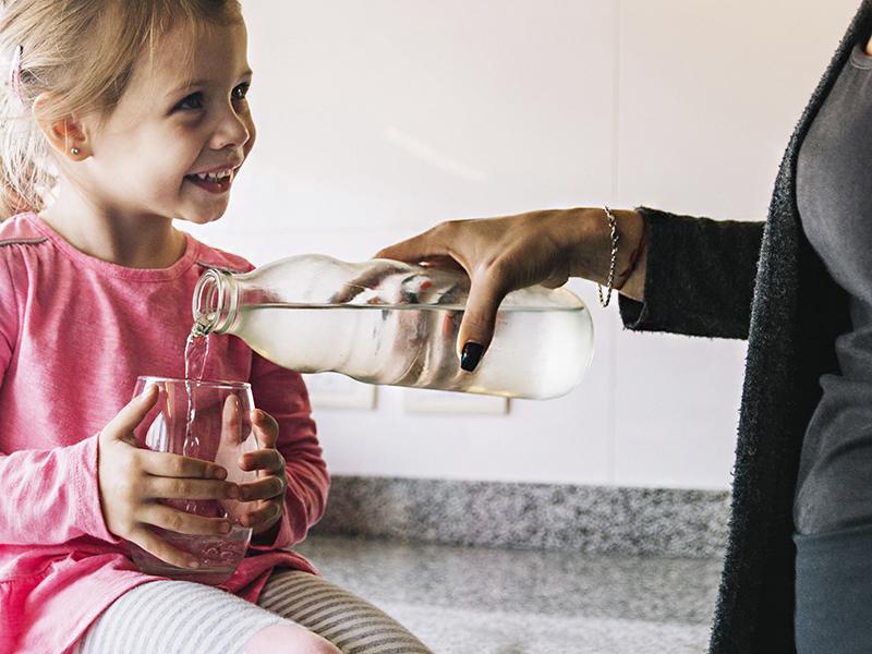 Kiszáradás gyerekeknél: mennyi folyadékot igyon a gyerek? Hogyan kerülhető el a kiszáradás betegség idején?