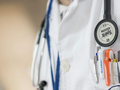 Börtönre ítéltek egy veszprémi orvost, mert pénzt kért betegeitől az életmentő műtétek előtt