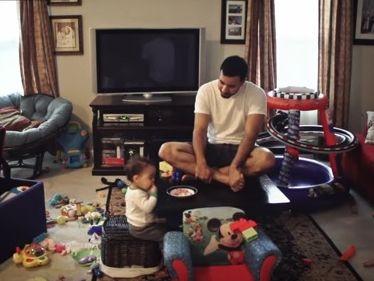 Ez történik, ha egy apuka egyedül marad otthon a másfél éves kisfiával - Nézd meg a videót!