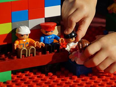 Ezért fontos a gyereknek az önálló játék! Hogyan taníthatod meg a kisgyermeked önállóan játszani?