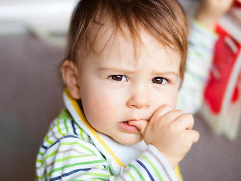 Ujjszopás és körömrágás kisgyerekeknél - Jó hatással van a gyerek egészségére, ha szopja az ujját vagy rágja a körmét?
