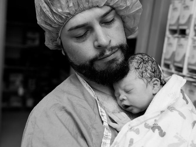 Apás szülés: a varázslatos pillanat, amikor egy férfiból hirtelen apa lesz - 10 lenyűgöző fotó a születés csodájáról