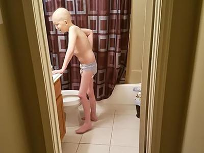 Szívszorító fotóval mutatta meg az anyuka, hogyan emészti fel kisfiát a rák