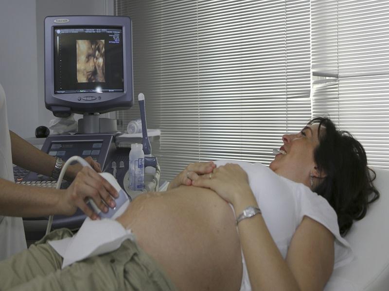 Genetikai rendellenességgel született a kislányuk, a szülők a nőgyógyászt hibáztatják - Mit mond az ombudsman?
