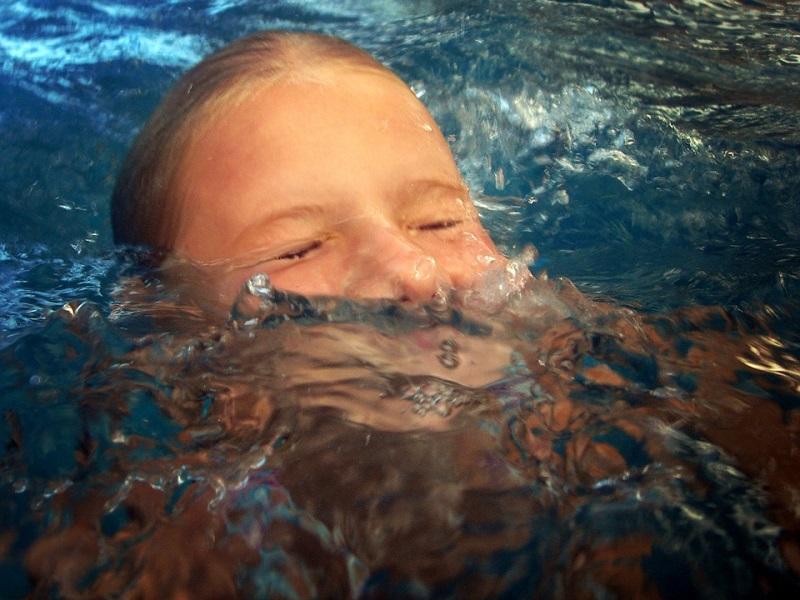 Fuldoklás jelei, fulladás strandolás után: honnan tudhatod, hogy víz került a gyerek tüdejébe? Gyerekorvos válaszol