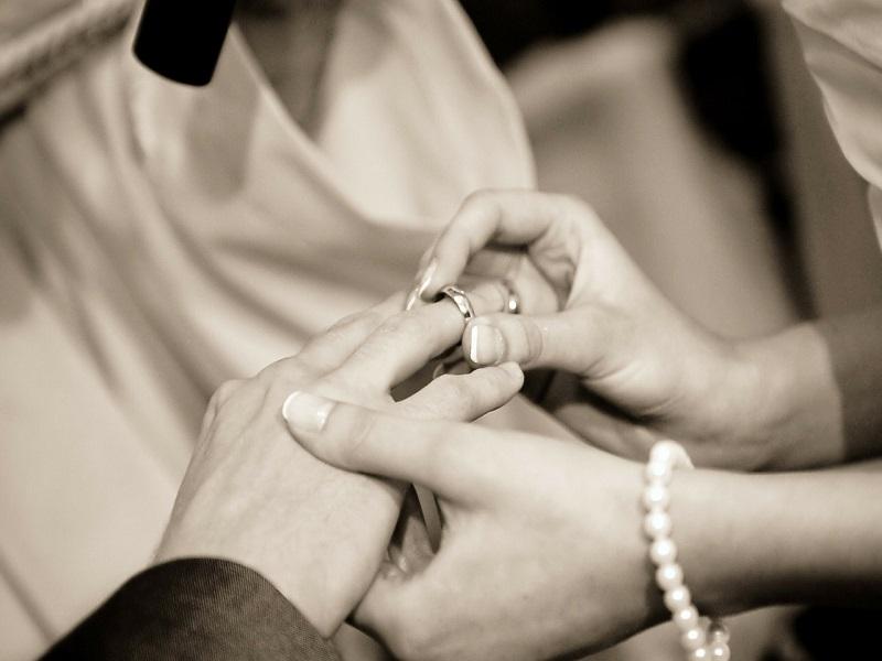 Névváltozás házasságkötés után: Milyen nevet választhat magának az ifjú feleség és férj? Mi lesz majd a gyermekek vezetékneve?