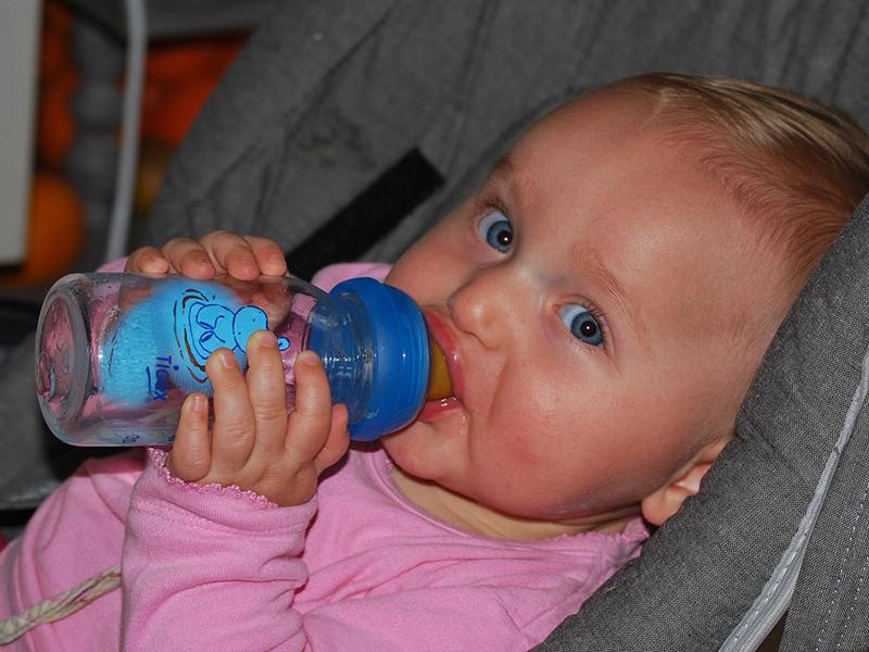 Hőségriadó! Mennyi folyadékot és mit adj a gyereknek, hogy elkerüld a kiszáradást? Mit tegyél, ha elájul a hőségben?