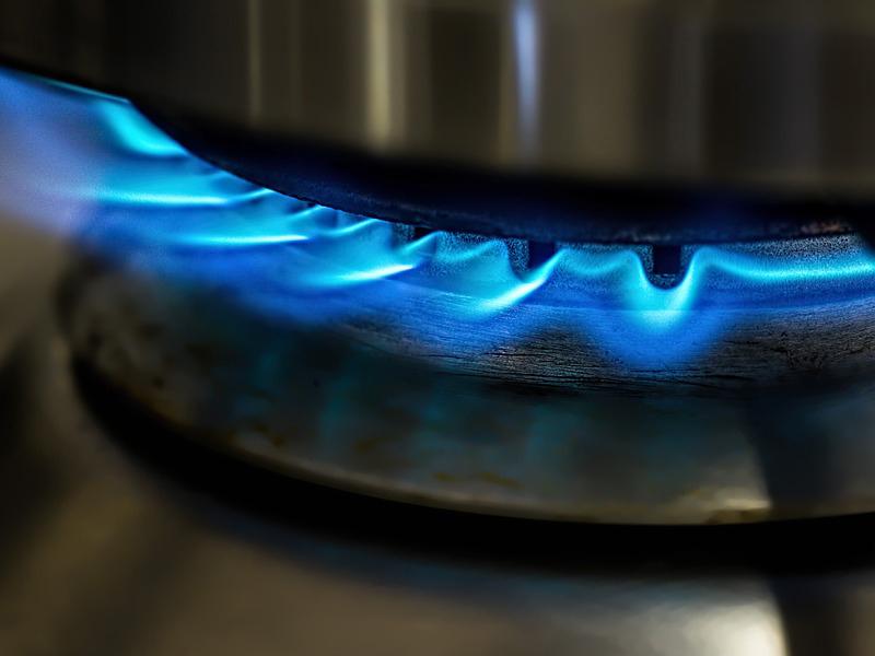 Magára rántotta a forró olajos serpenyőt, súlyosan megégett a 3 éves kisgyermek - Az anya egy pillanatra nem figyelt oda