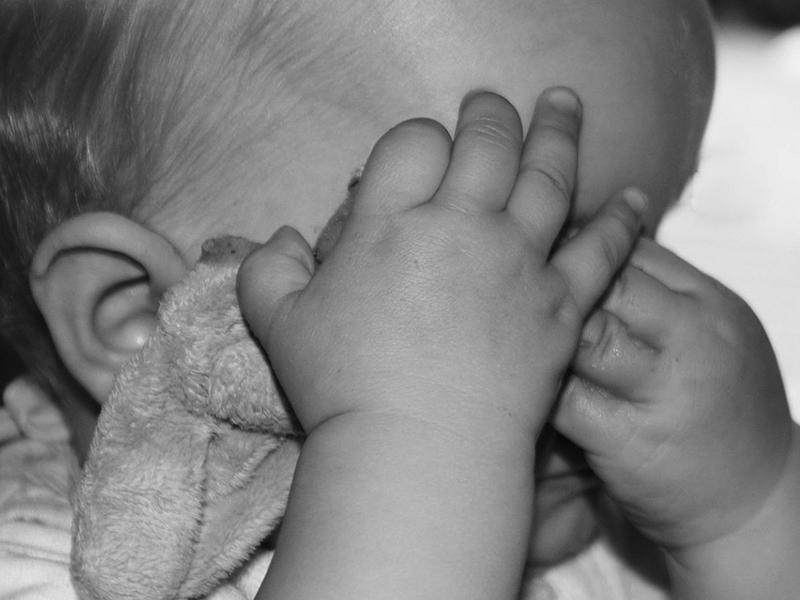 Rendszeresen bántalmazta és kínozta egyéves nevelt kisfiát a pápai férfi - A gyermeket az anyja sem védte meg
