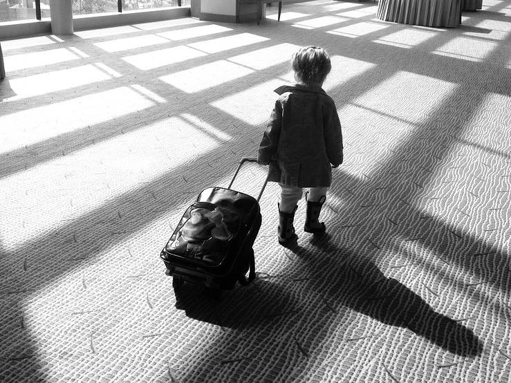 Szükséges a másik szülő hozzájárulása, ha a gyerek csak az egyik szülőjével utazna külföldre? - Szakértő válaszol