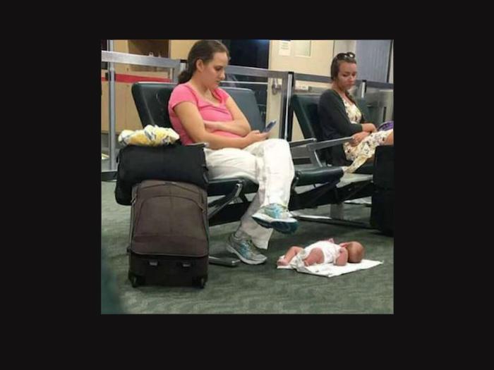 A földre rakta az anyuka a kisbabáját, hogy nyugodtan mobilozhasson - Elítéled a viselkedését? Előbb olvasd el a történetét!