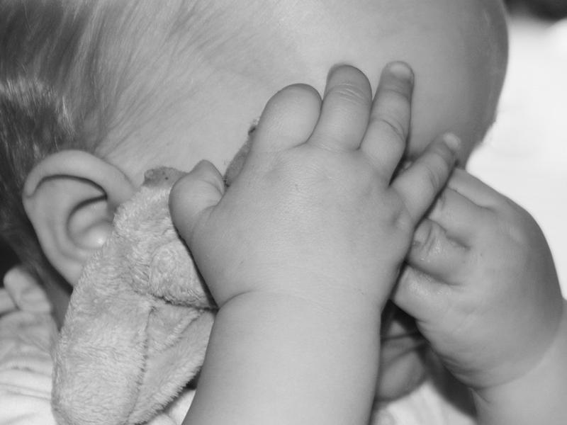 9 hónapos kisbabájához vágta a távirányítót az apa, mert dühítette a sírása - Bíróság előtt kell felelnie tettéért