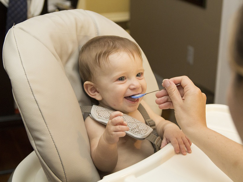 Hozzátáplálás: hány hónapos korban vezesd be a tejet és a glutént a baba étrendjébe? Ez lenne az ideális a gyermekorvos szerint