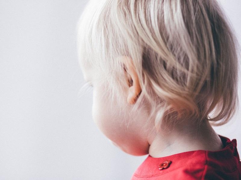 Halláskárosodás okai, tünetei gyerekeknél: milyen jelek utalnak arra, hogy baj van a baba, kisgyermek hallásával?