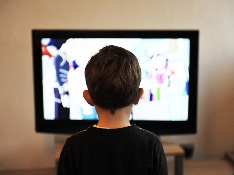 Ezentúl hajnali 5 órától lehet mesefilmet nézni a magyar gyerekcsatornán - Hogyan hat a rajzfilmnézés a kisgyerekre?