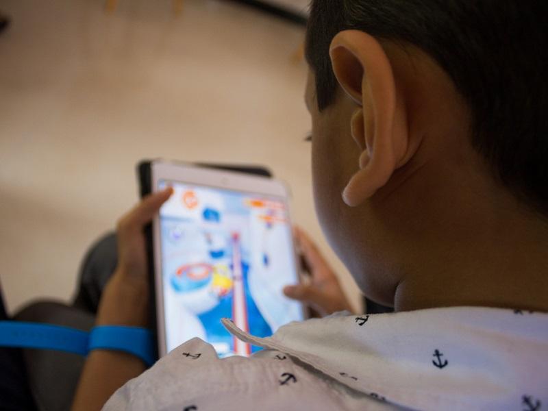 Boldogtalanná teszi a gyerekeket, ha sokat használják az okostelefonokat, tableteket, digitális eszközöket