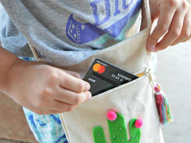 Ezért akarnak mobiltelefont és bankkártyát adni a magyar iskolások kezébe! - Te jó ötletnek tartod?