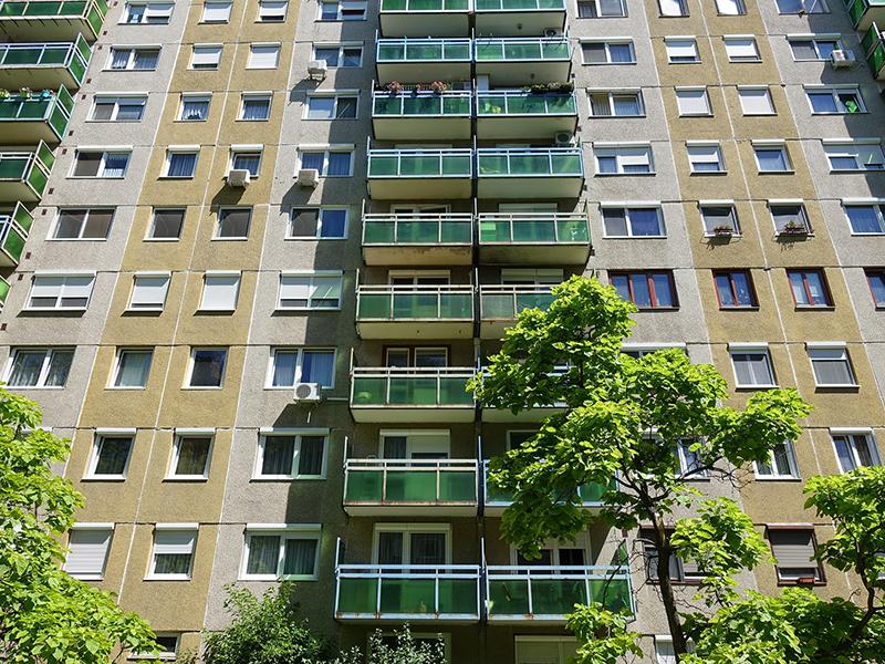 Hatodik emeletről zuhant ki egy négyéves kislány, nem élte túl - Csak néhány percre hagyták magára a budapesti lakásban