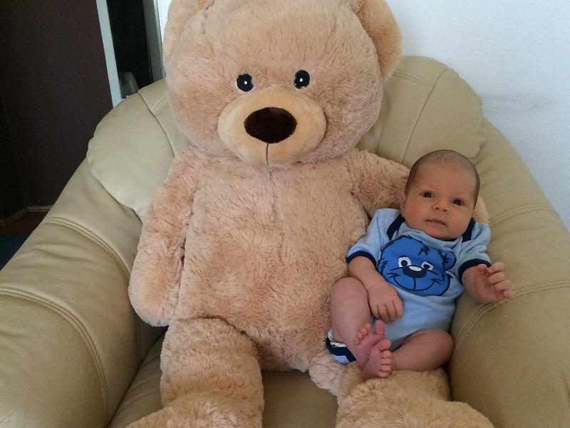 Az anyuka minden hónapban lefotózta kisfiát az óriás plüssmaci ölében - Nézd, hogyan lett a kisbabából totyogós!