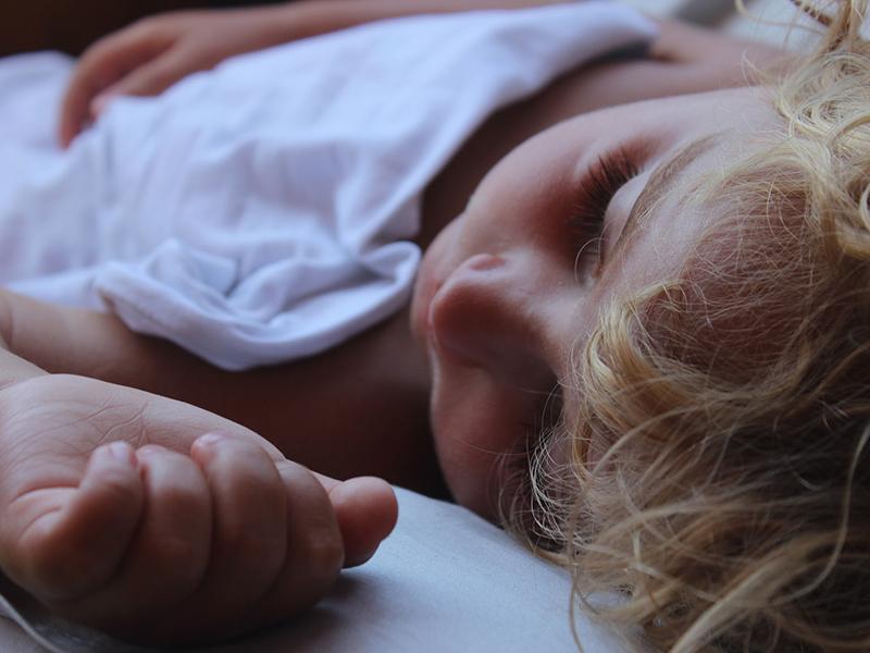 Alaposan nézz körül a gyermeked ágyában, mielőtt lerakod aludni! Ijesztő tapasztalatáról számolt be egy anyuka