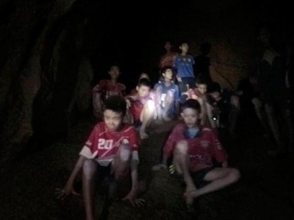 Kiderült: ezért nem találkozhatnak a barlangból kimentett fiúk a szüleikkel!