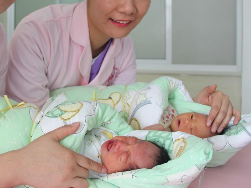 Elcserélték a babákat a kórházban - 6 év után az egyik szülő szeretné a cserét, a másik tiltakozik