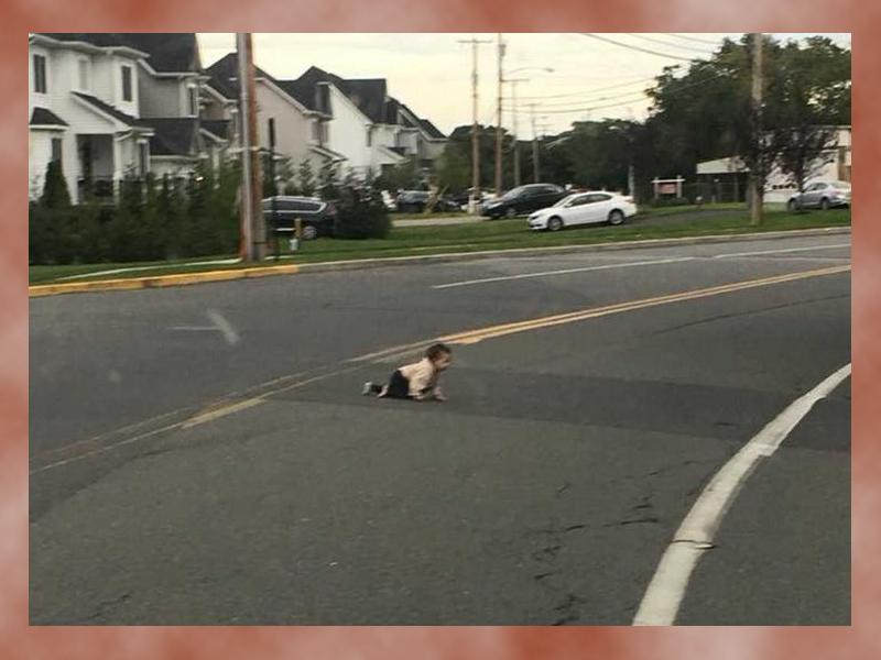 10 hónapos baba kóborolt az úttest közepén! Egy motoros férfi vette észre és értesítette a rendőrséget