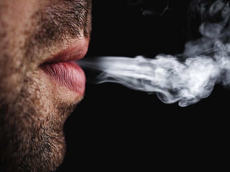 Dohányzás terhesség alatt: Így károsítja a születendő fiúgyermek egészségét, ha az apa dohányzik!