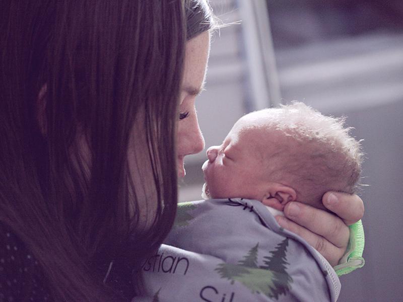 Az érintés ereje: A simogatás tényleg csillapítja a kisbabá