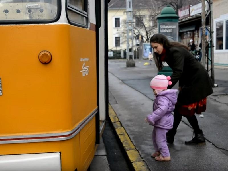 Tömegközlekedés babával, babakocsival, kisgyerekkel: Erre figyelj oda, ha villamosozni mész a kicsivel!