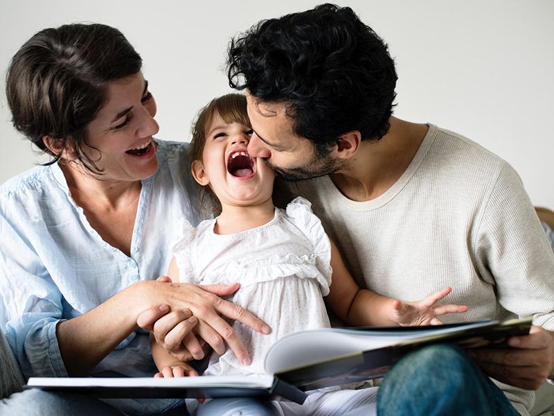 Nem csak elalvás előtt érdemes mesét mondani a gyereknek! - Így fejleszti a gyereket a mese és a közös olvasás